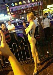 厦门裸女酒吧前大闹引围观