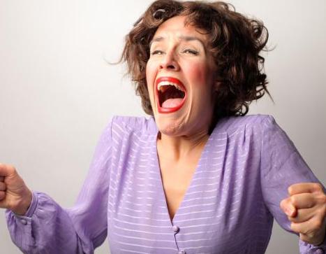嗓门最大:女老师喊出121分贝 如何保护好嗓子 - 飞华