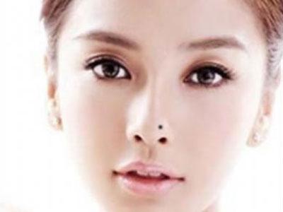 鼻梁上有痣的女人性格善良、开朗 五、额头右边靠近发际处有痣   有图片